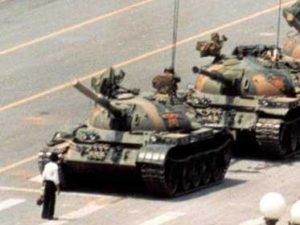 incredible-images-tell-the-story-of-a-photo-of-a-man-who-stood-down-chinese-military-tanks